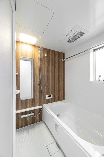 名古屋市瑞穂区の戸建賃貸住宅の窓付きの明るいバスルーム