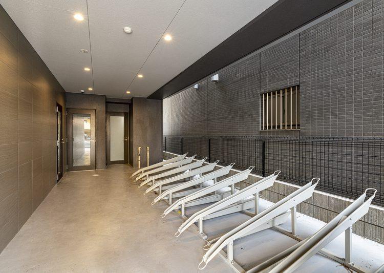 愛知県小牧市のレトロとモダンを組み合わせたデザインの賃貸マンションの駐輪場