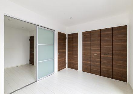 名古屋市瑞穂区の戸建賃貸住宅の半透明の引き戸が付いた白いフローリングの2階洋室