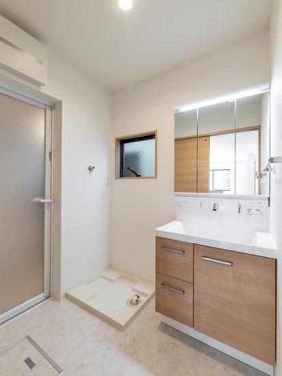 名古屋市西区の賃貸戸建住宅の木目のパネルが付いた洗面台