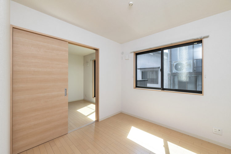 名古屋市西区の賃貸戸建住宅の引き戸で繋がる洋室