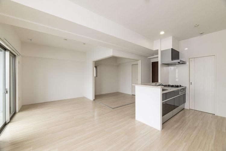 名古屋市天白区の賃貸マンションのオープンキッチンのあるLDKと洋室