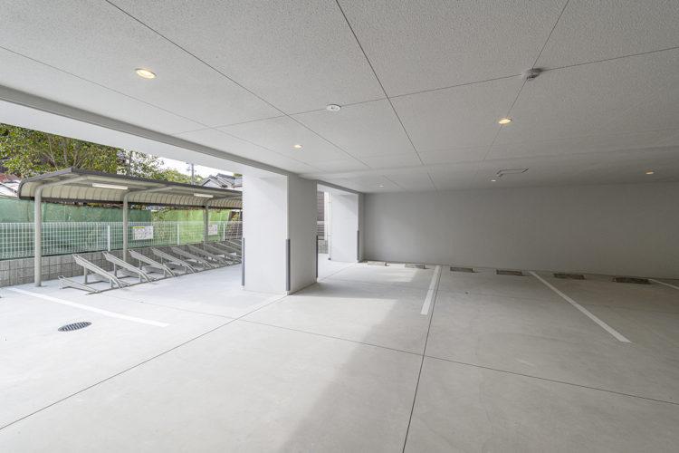 名古屋市中川区の賃貸マンションの屋内駐車場と屋根付きの駐輪場