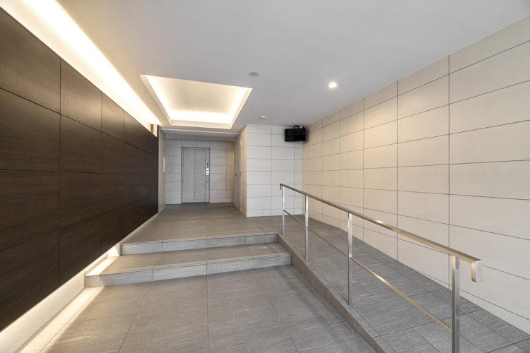 名古屋市天白区の賃貸マンションのスロープ付きのエントランスホール