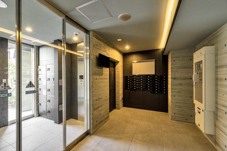 名古屋市中川区の賃貸マンションの黒のメールボックスあるモダンなデザインのエントランス