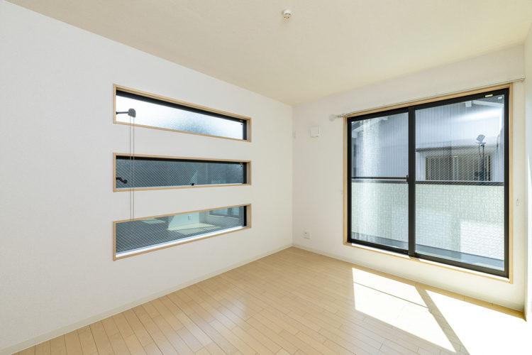 名古屋市西区の賃貸戸建住宅の横長3段の窓が付いた明るい洋室