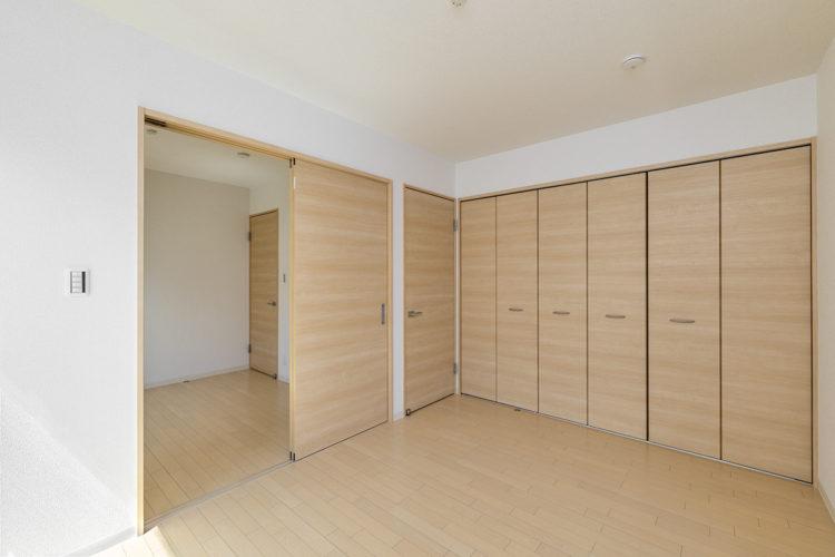名古屋市西区の賃貸戸建住宅の収納がたくさんついた洋室