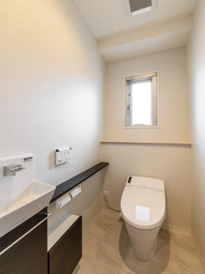 名古屋市天白区の賃貸マンション併用住宅の手洗い場付きのモダンなトイレ