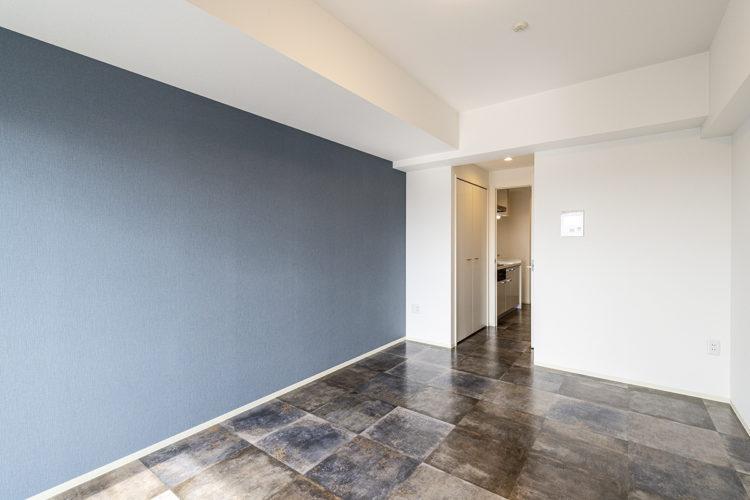 名古屋市中川区の賃貸マンションのダークカラーのフローリングとアクセントとなる壁1面がおしゃれな洋室