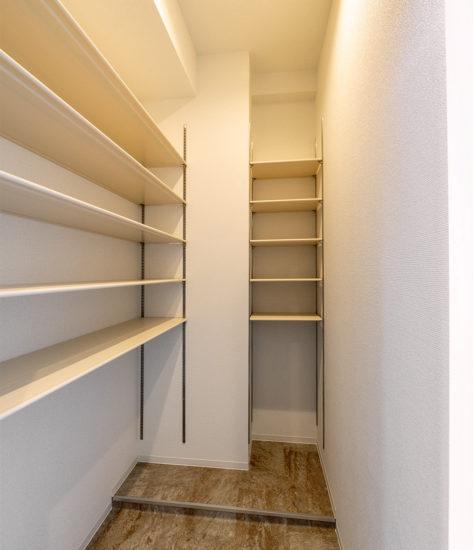 名古屋市天白区の賃貸マンションの2か所に棚の付いたシューズクローゼット