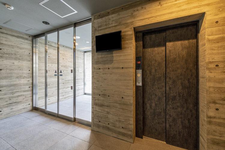 名古屋市中川区の賃貸マンションのモダンなエレベーターホール