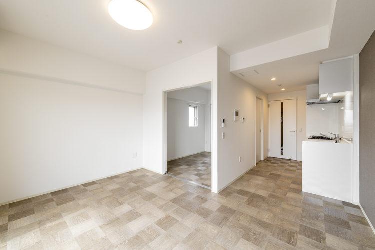 名古屋市中川区の賃貸マンションのキッチンも壁も白色の1LDK