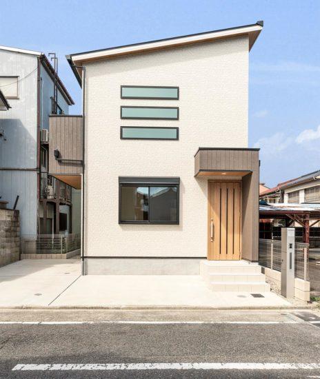 名古屋市西区の賃貸戸建住宅のナチュラルカラーの玄関正面