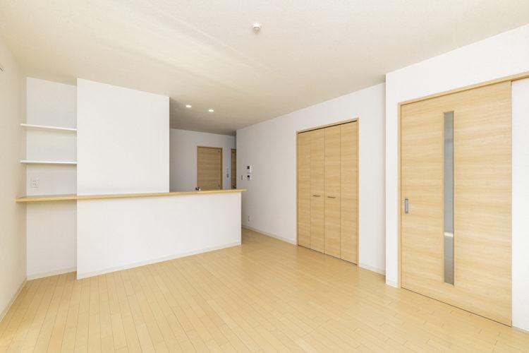 名古屋市西区の賃貸戸建住宅のキッチン横に棚のあるナチュラルカラーのLDK