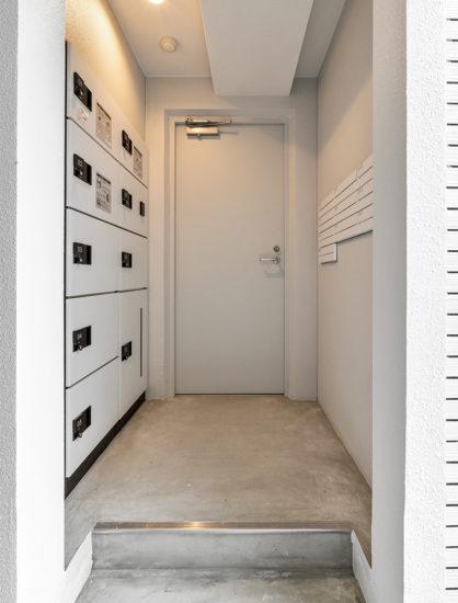 名古屋市天白区の賃貸マンションのモノトーンな宅配ボックス