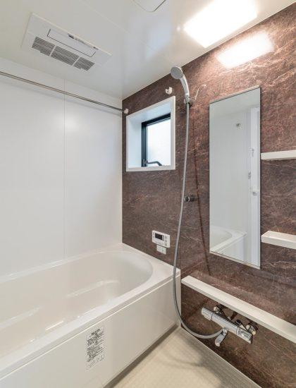 名古屋市西区の賃貸戸建住宅の広々としたバスルーム