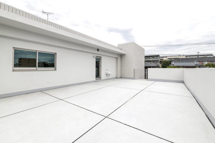 名古屋市天白区の賃貸マンション併用住宅の白い壁と床の開放感あるバルコニー