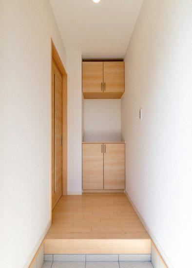 名古屋市西区の賃貸戸建住宅の棚の付いたナチュラルテイストな玄関ホール