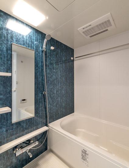 名古屋市天白区の賃貸マンションのアクセントカラーが美しいバスルーム