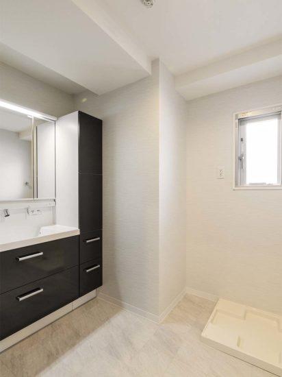 名古屋市天白区の賃貸マンション併用住宅の棚の多くついたモノクロ洗面室