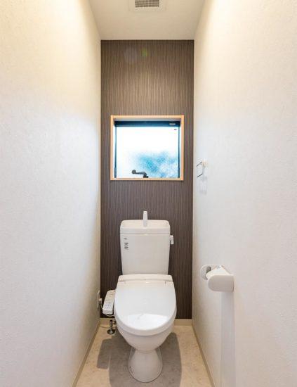 名古屋市西区の賃貸戸建住宅の窓の付いた明るいトイレ