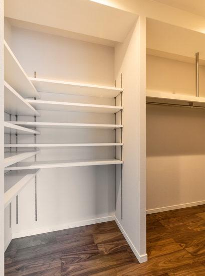 名古屋市天白区の賃貸マンション併用住宅の棚とハンガーパイプの付いたウォークインクローゼット