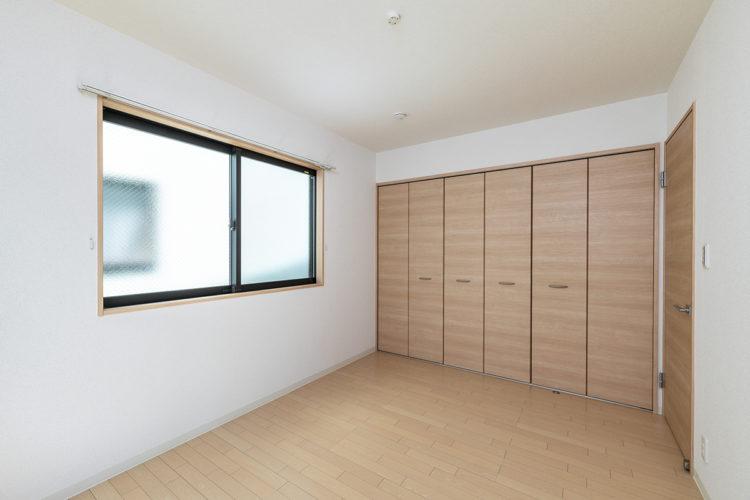 名古屋市西区の賃貸戸建住宅の壁一面がクローゼットの洋室
