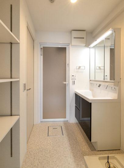 名古屋市天白区の賃貸マンションの収納棚のある洗面室