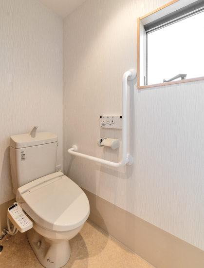 名古屋市西区の障害者グループホームの手すり付きのトイレ