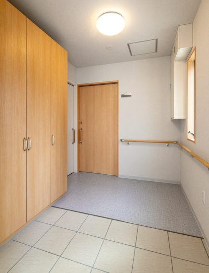 名古屋市西区の障害者グループホームの手すり付き1階玄関ホール
