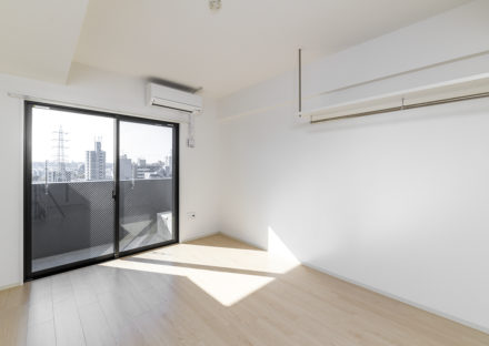名古屋市天白区の10階建て賃貸マンションの吊り棚が付いた洋室