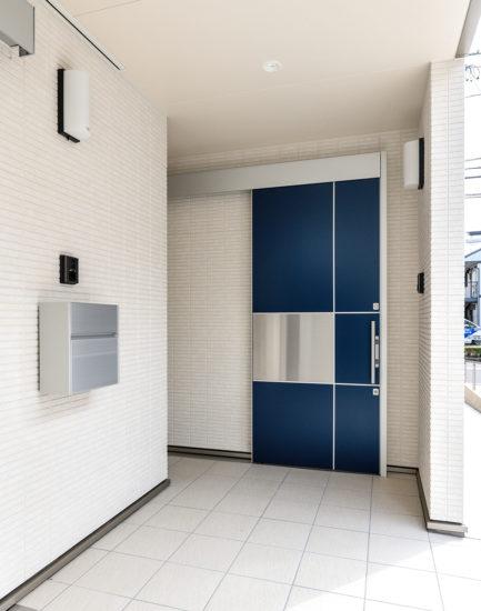 名古屋市西区の障害者グループホームのモダンなデザインの玄関