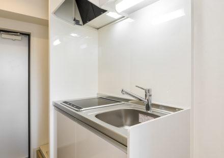 名古屋市天白区の10階建て賃貸マンションのコンパクトなIHキッチン