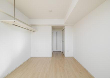 名古屋市天白区の10階建て賃貸マンションの棚の付いたナチュラルな洋室