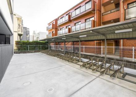 名古屋市天白区の10階建て賃貸マンションの屋根付きの駐輪場