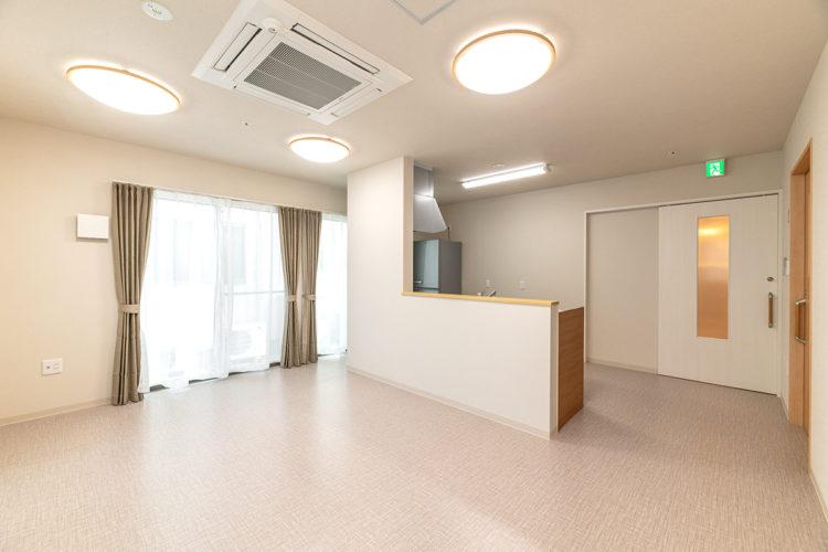 名古屋市西区の障害者グループホームの天井にエアコンの付いた食堂