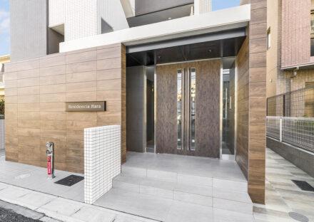 名古屋市天白区の10階建て賃貸マンションの木目模様のモダンなエントランス