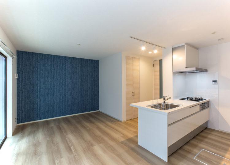 名古屋市西区の戸建賃貸住宅のA棟のブルーのアクセントカラーが目を引くLDK
