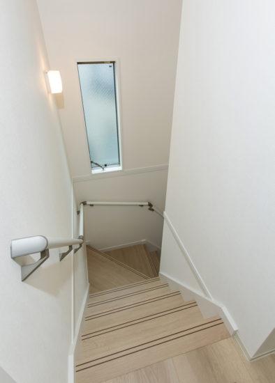 名古屋市西区の戸建賃貸住宅のA棟の窓があり明るい階段