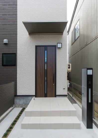 名古屋市西区の戸建賃貸住宅のB棟の落ち着いた色合いの玄関