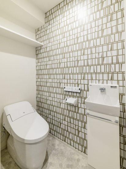 名古屋市東区の賃貸マンションの2段の棚と手洗い場付きのおしゃれなトイレ