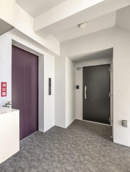 名古屋市東区の賃貸マンションの絨毯の敷かれた共用廊下