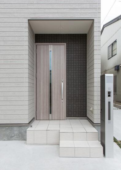 名古屋市西区の戸建賃貸住宅のA棟の凹凸のある壁がおしゃれな玄関