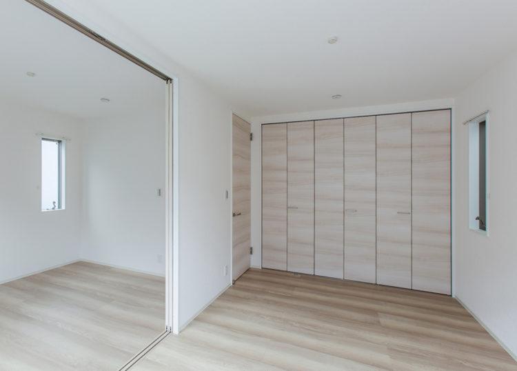名古屋市西区の戸建賃貸住宅のA棟の壁一面に収納が付いた洋室