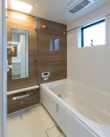 名古屋市西区の戸建賃貸住宅のB棟の窓付きの明るいバスルーム