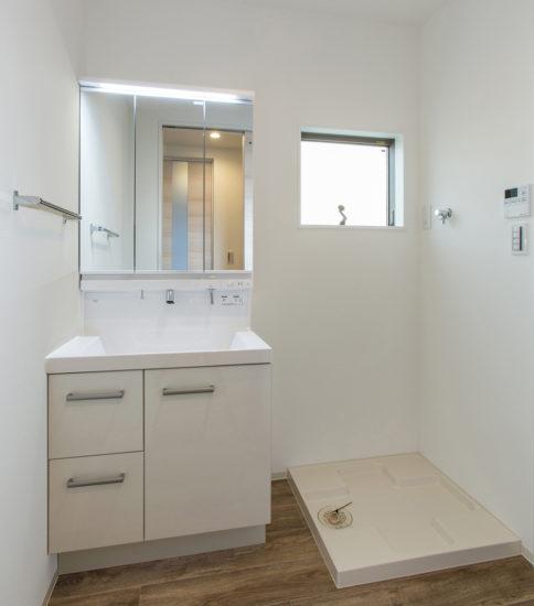 名古屋市西区の戸建賃貸住宅のA棟の白を基調とした洗面室