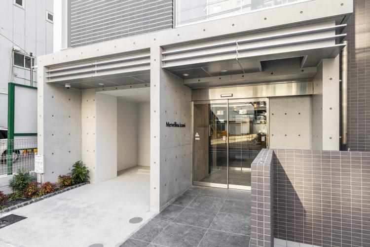 名古屋市東区の賃貸マンションのコンクリート打ちっぱなしのおしゃれなエントランス