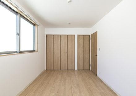 名古屋市中川区メゾネット賃貸アパートの壁一面に収納がついた洋室
