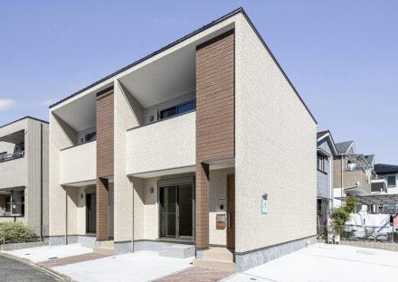 名古屋市中川区のナチュラルカラーの駐車場付きメゾネット賃貸アパート