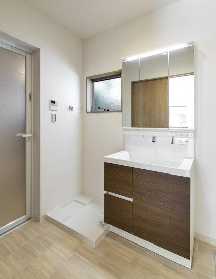 名古屋市中川区メゾネット賃貸アパートの窓があり明るい洗面室
